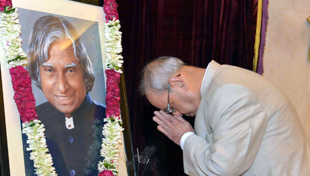 Pranab Mukherjee Pays Floral Tributes to Dr. A. P. J. Abdul Kalam on his Birth Anniversary