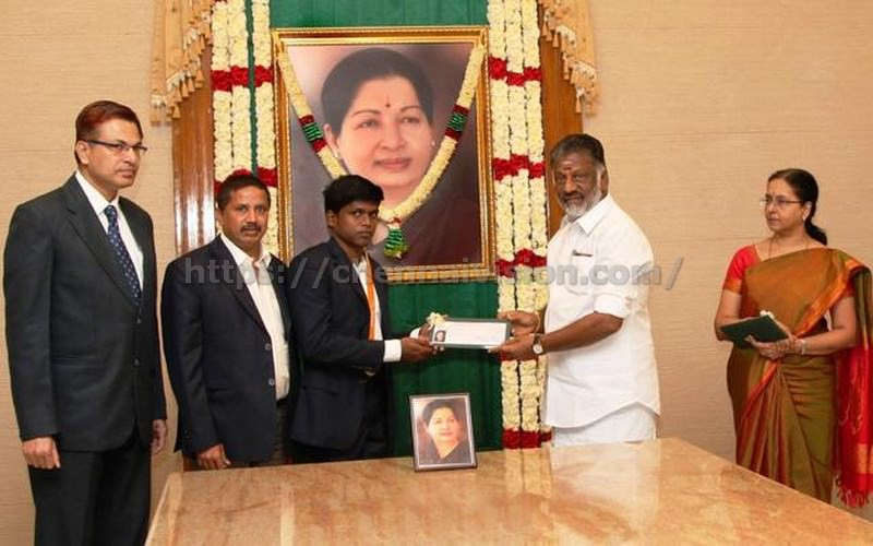 Panneerselvam meets Japan team, gives Rs 2 cr to paralympics winner Mariappan