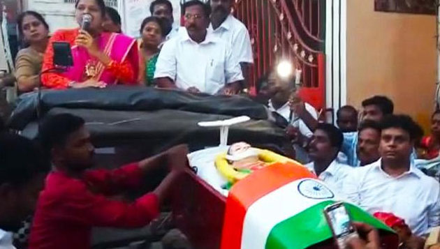 RK Nagar: OPS team parades fake body of Jaya, clash between two groups